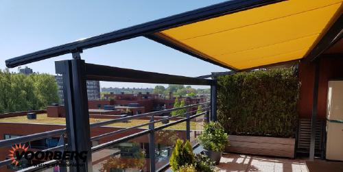 Foto van een textieldak / textiele overkapping op het terras van een penthouse van een appartementencomplex.